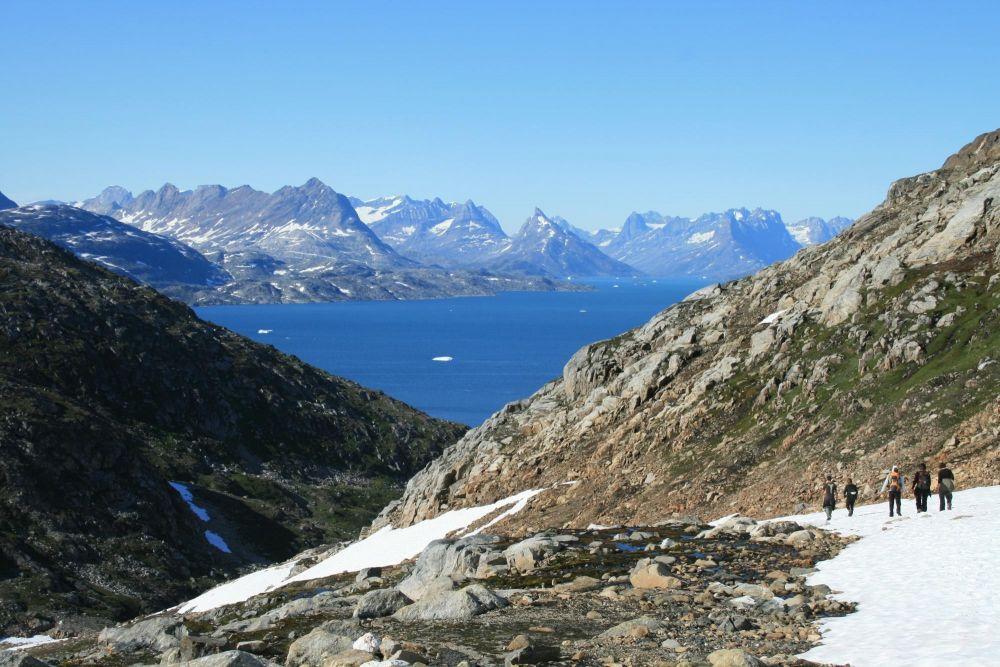 Randonneurs surplombant le fjord au Groenland