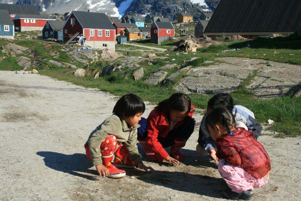 Enfants du village de Kuummiut jouant aux billes