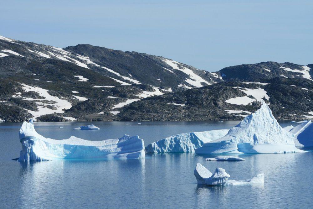 Ilots de glace sur le fjord au Groenland
