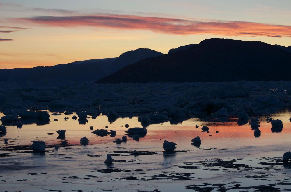 Coucher de soleil sur le fjord Sermilik au Groenland