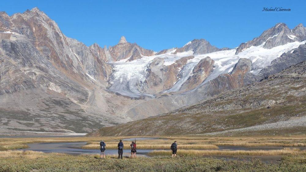 Randonnée dans la vallée entourée de sommets alpins au Schweizerland au Groenland
