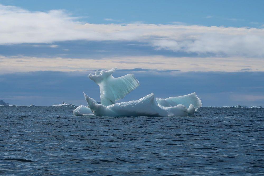 Iceberg à la dérive dans la baie de Disko au Groenland