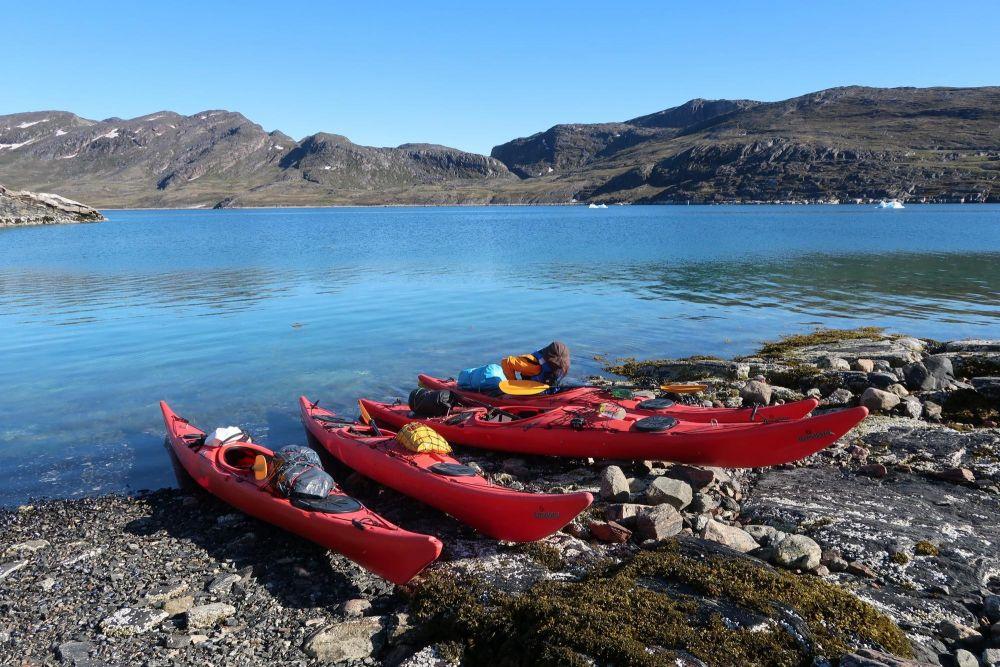 Kayaks sur la rive dans la baie de Disko au Groenland