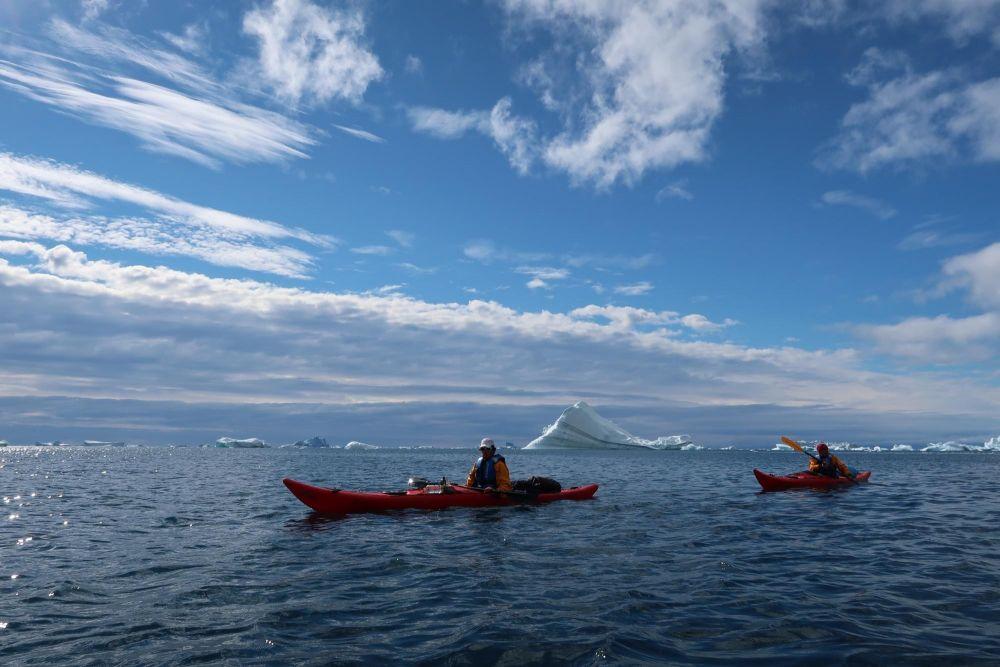 Kayakistes dans la baie de Disko au Groenland