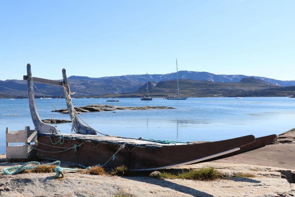 Traîneau à chiens sur la rive dans la baie de Disko au Groenland