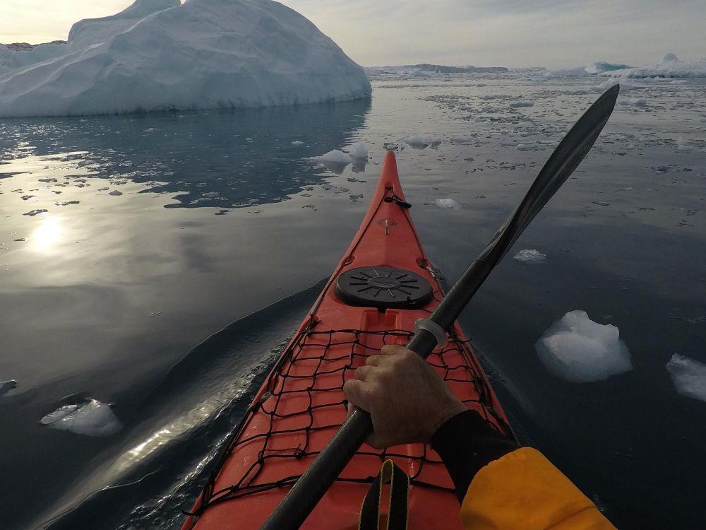 Kayak au milieu des icebergs dans la baie de Disko au Groenland