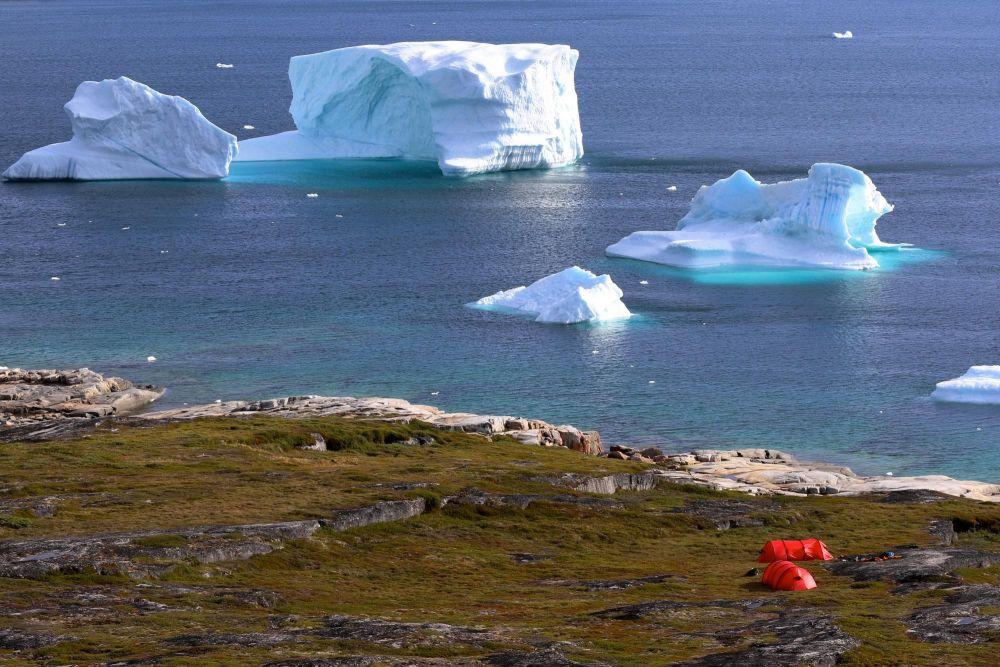 Bivouac face aux icebergs de la baie de Disko au Groenland