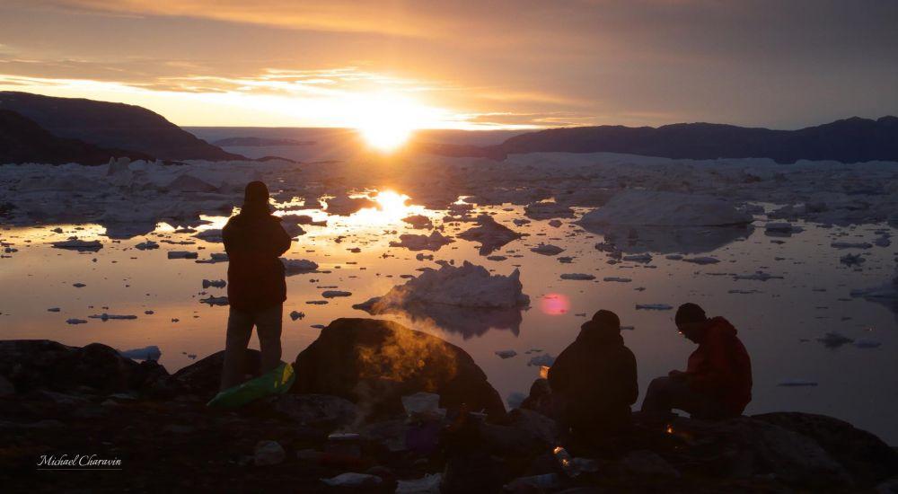 Bivouac et coucher de soleil devant le fjord au Groenland