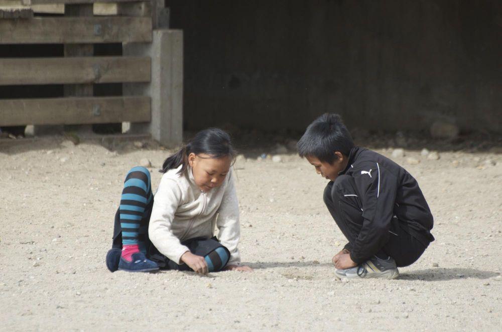 Enfants jouant à Tiniteqilaaq au Groenland