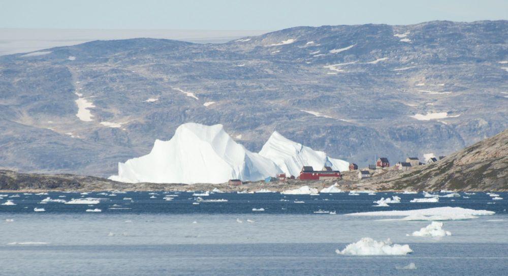 Enorme iceberg à la dérive devant le village de Tiniteqilaaq au Groenland