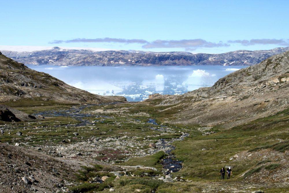 Randonneurs près du fjord Sermilik au Groenland