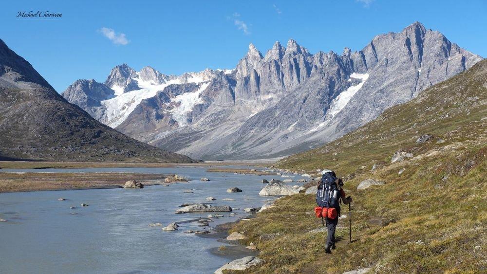 Trek le long d'une rivière dans le Schweizerland au Groenland
