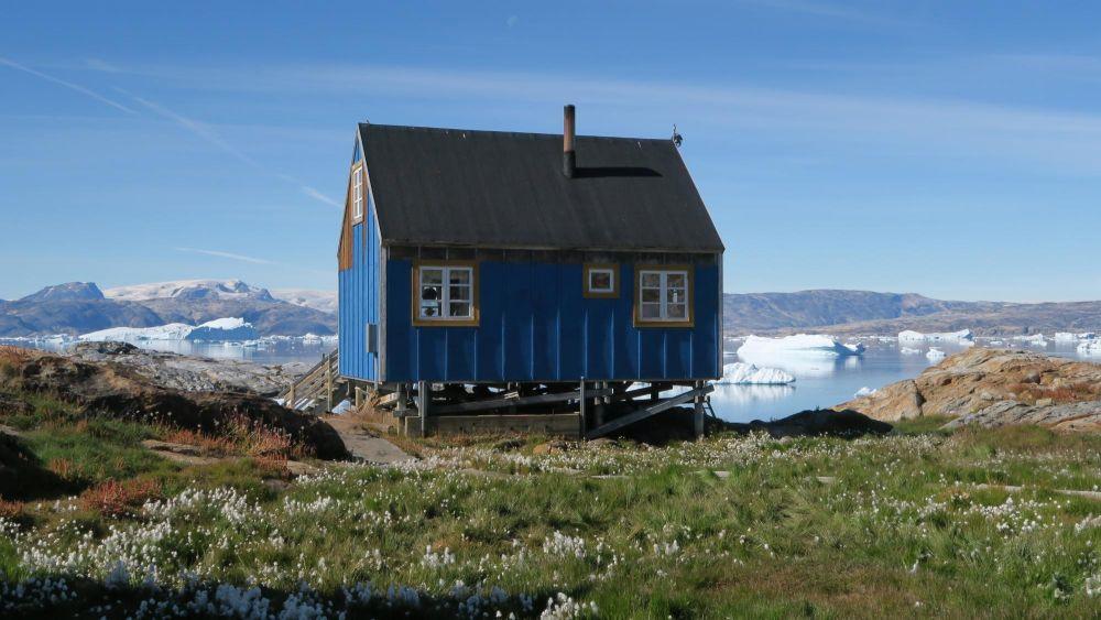 Maison dans le village de Tiniteqilaaq au Groenland