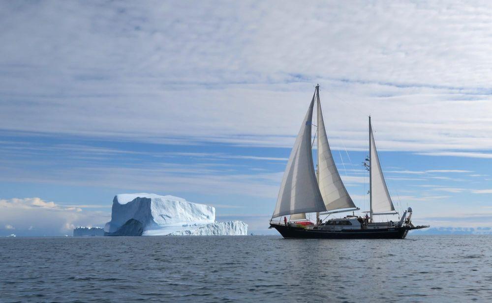 Le voilier au mouillage dans le Scoresby Sund au Groenland
