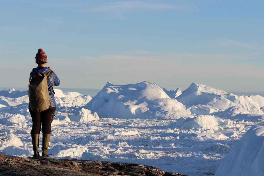 Randonneur devant l'Icefjord de la baie de Disko au Groenland