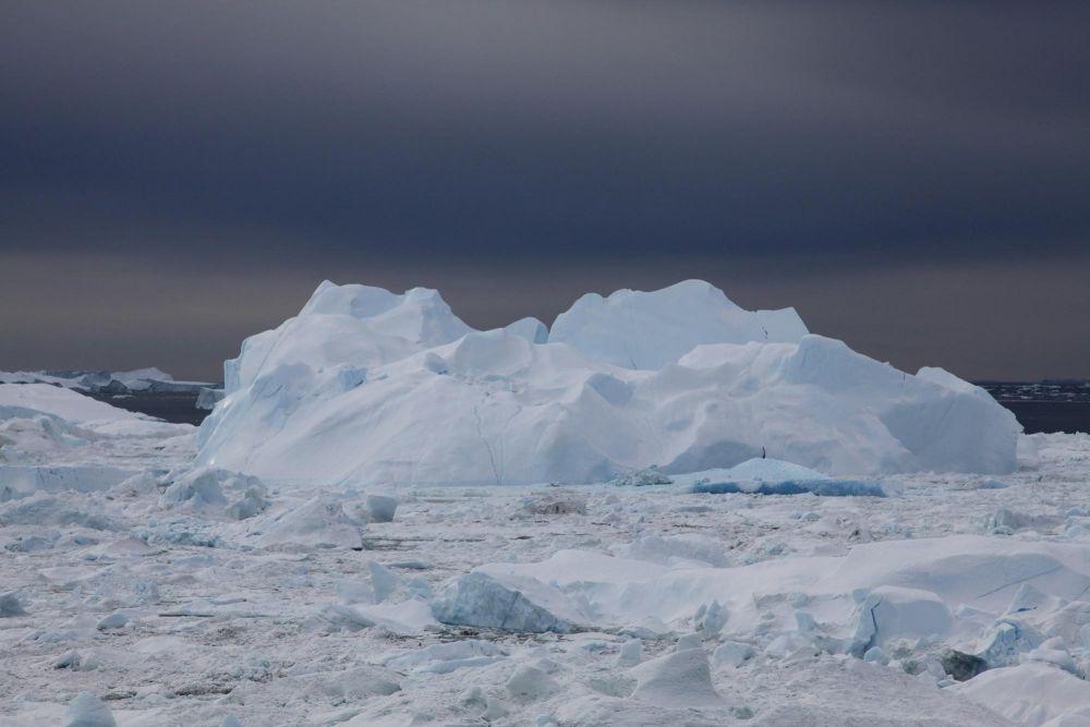 Enorme iceberg dans l'icefjord face à Ilulissat au Groenland
