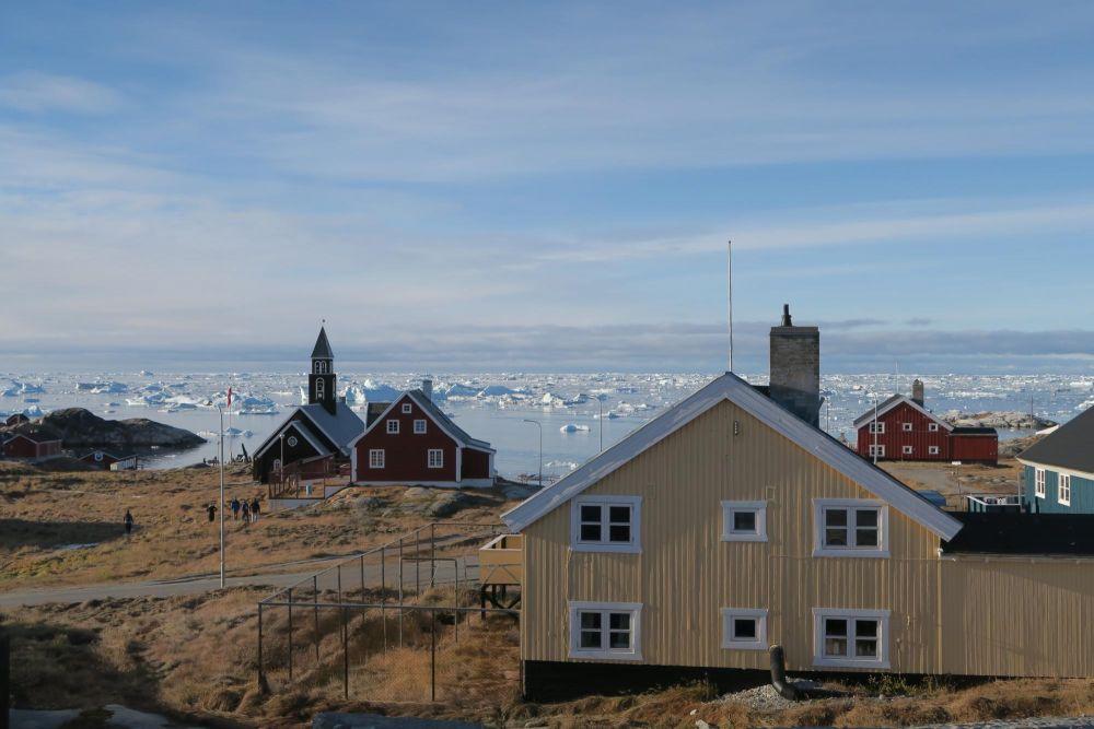 Ilulissat et son église dans la baie de Disko au Groenland