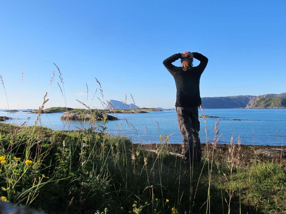 Randonneur dans les îles Lofoten en Norvège
