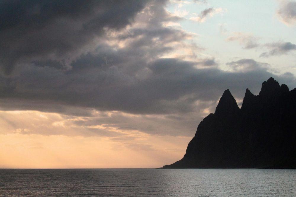 Montagnes à pics tombant dans la mer sur l'île de Senja en Norvège