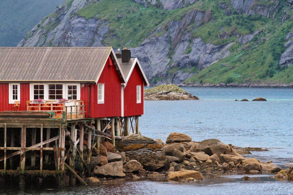 Rorbu traditionnel sur l'île de Senja en Norvège