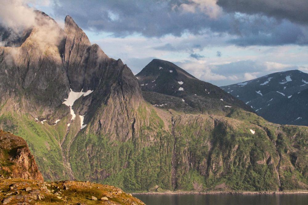 Montagne sur l'île de Senja en Norvège