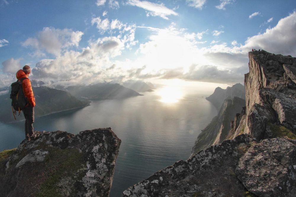 Randonneur face au fjord dans l'île de Senja en Norvège
