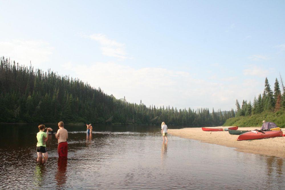 Vacanciers se baignant dans la rivière au Québec au Canada