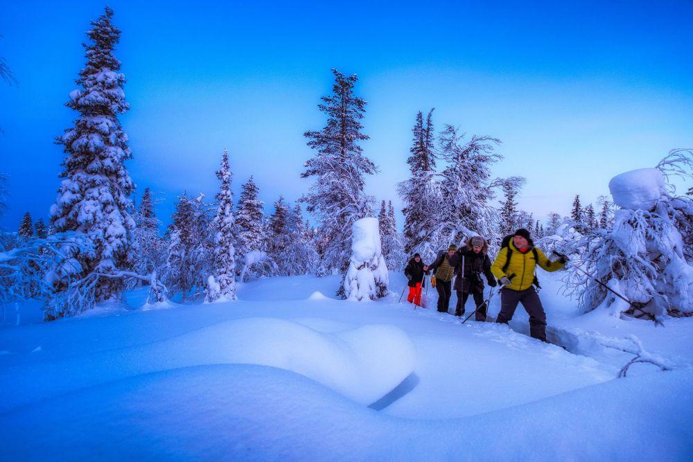 Balade raquettes pour atelier photo au lever du jour en Laponie