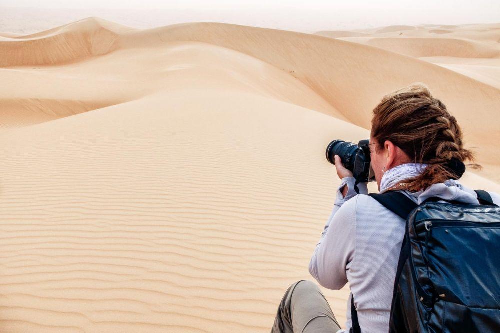 Prise de vue photographique dans le Sahara en Mauritanie