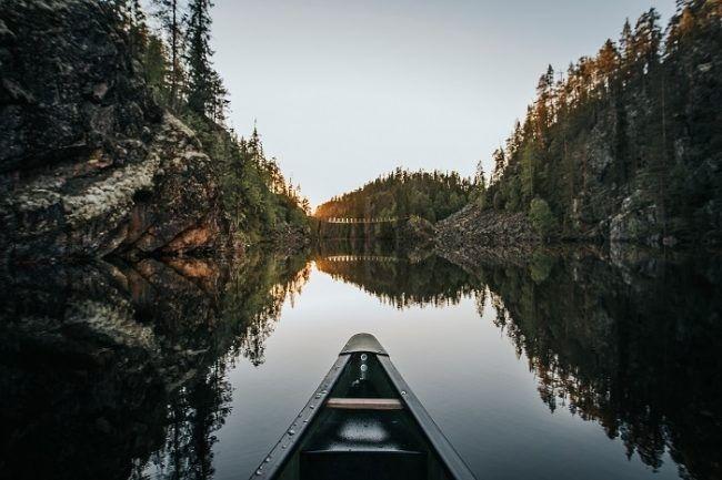 Eté indien en Laponie, canoë sur un lac de Finlande