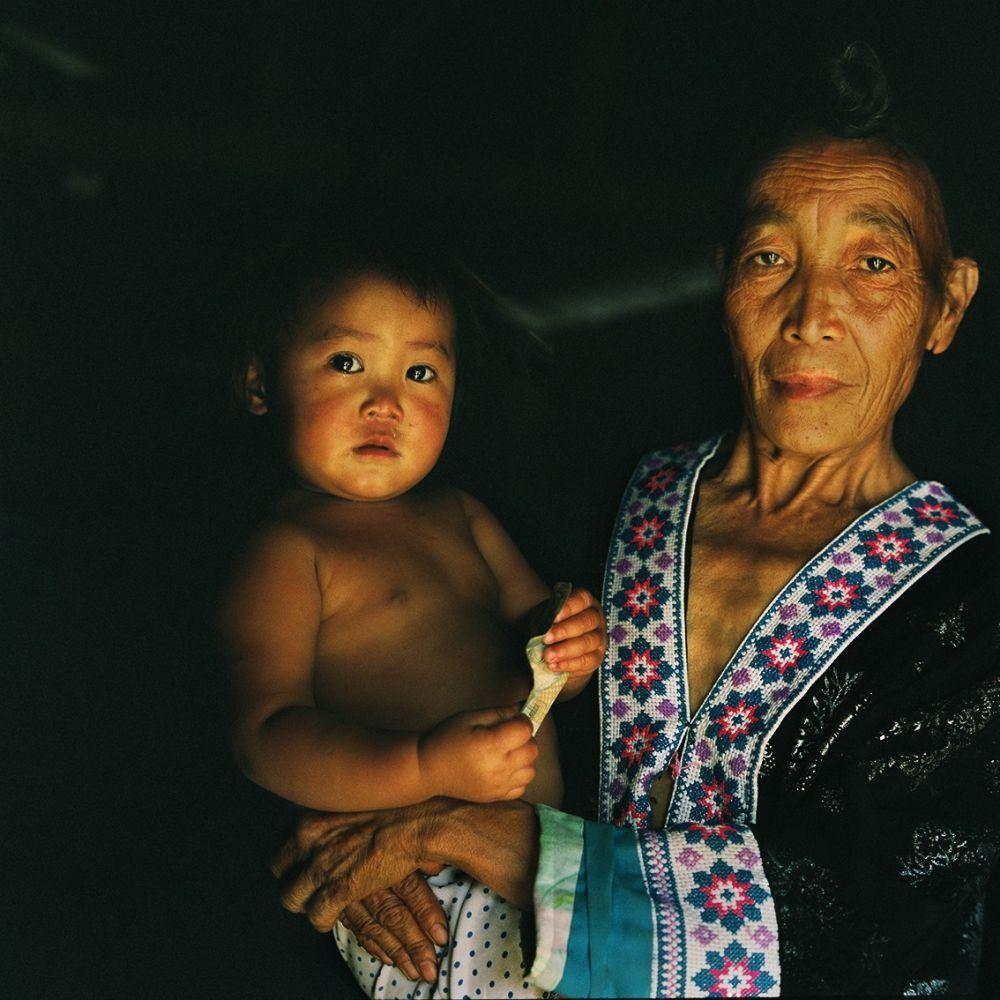Portrait d'une femme au Laos avec son enfant