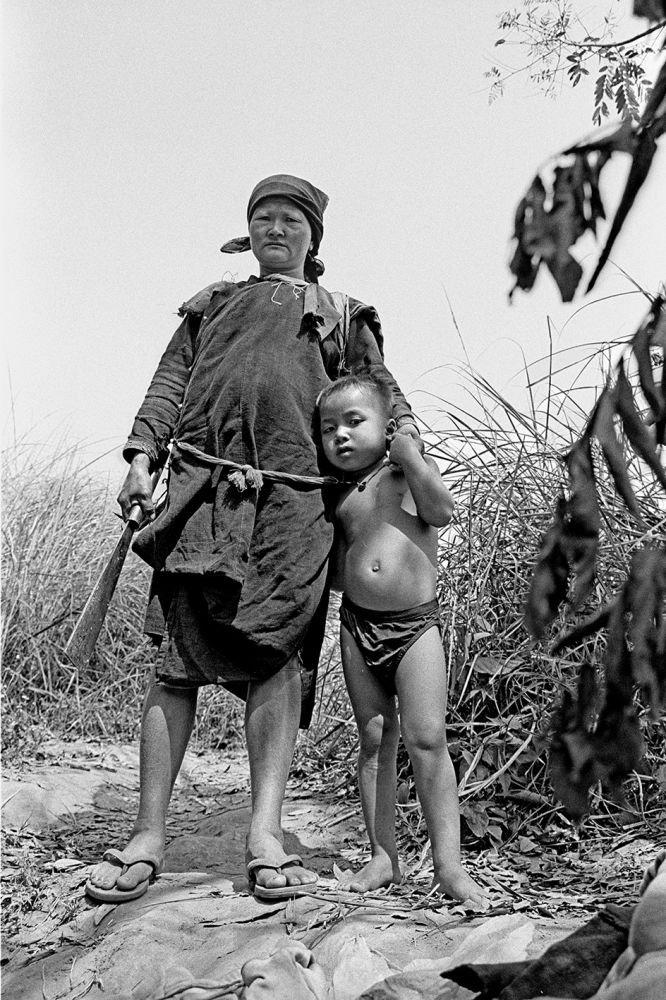 Portrait en Noir et blanc d'une femme et de son fils, au Laos