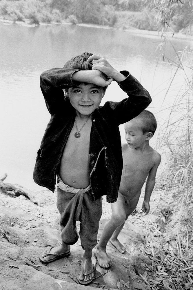 Des enfants jouent au bord du fleuve au Laos