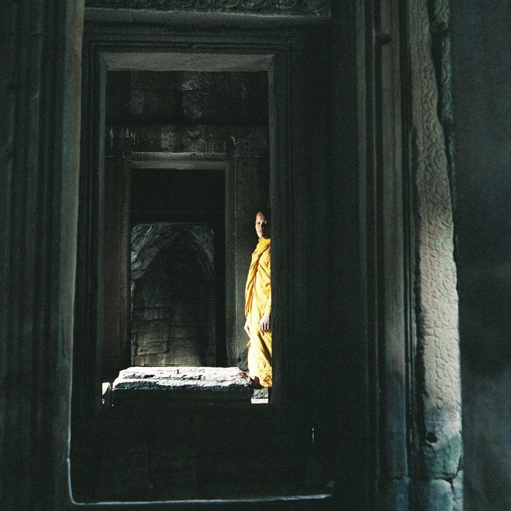 Moine Bouddhiste à l'intérieur du Bayon, Angkor Thom, Cambodge