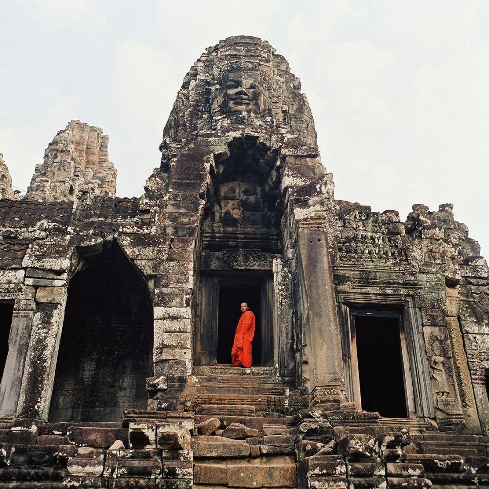 Moine devant le Bayon, Angkor Thom, lors d'un voyage photo au Cambodge