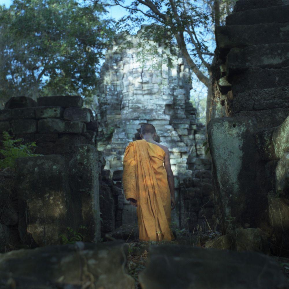 Moine dans un temple oublié au Cambodge