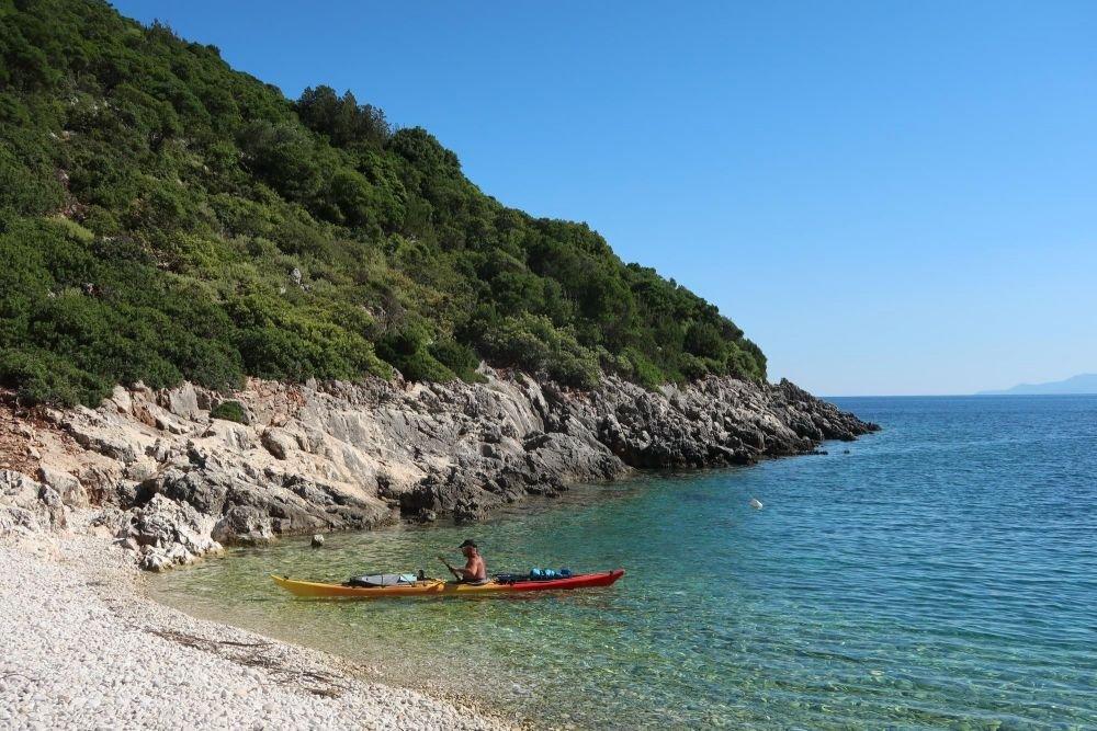 Kayakiste devant une plage en Gréce