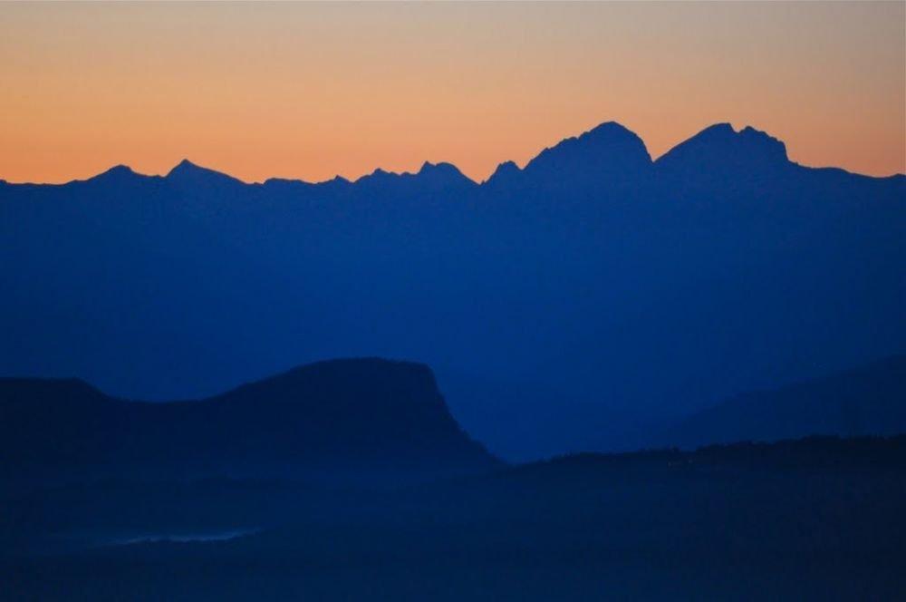 Lever du jour printanier dans les Alpes