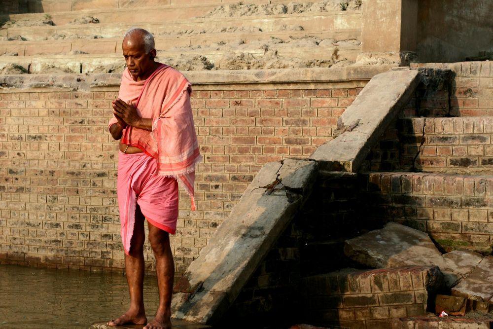 ablutions matinales sur les ghats à Varanasi, Inde