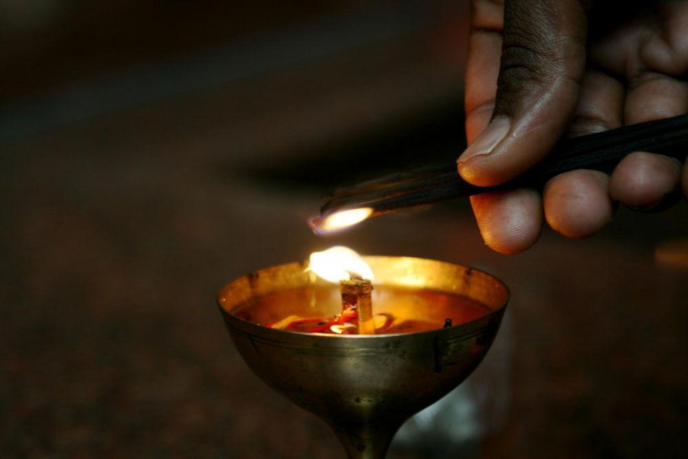 Pooja (cérémonie) du soir sur les ghats à Varanasi