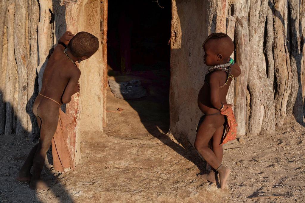 enfants himba devant une case