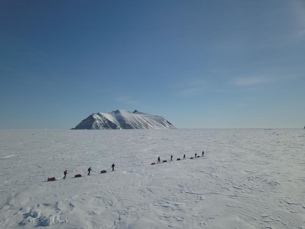 Skieurs sur la banquise vu depuis le ciel