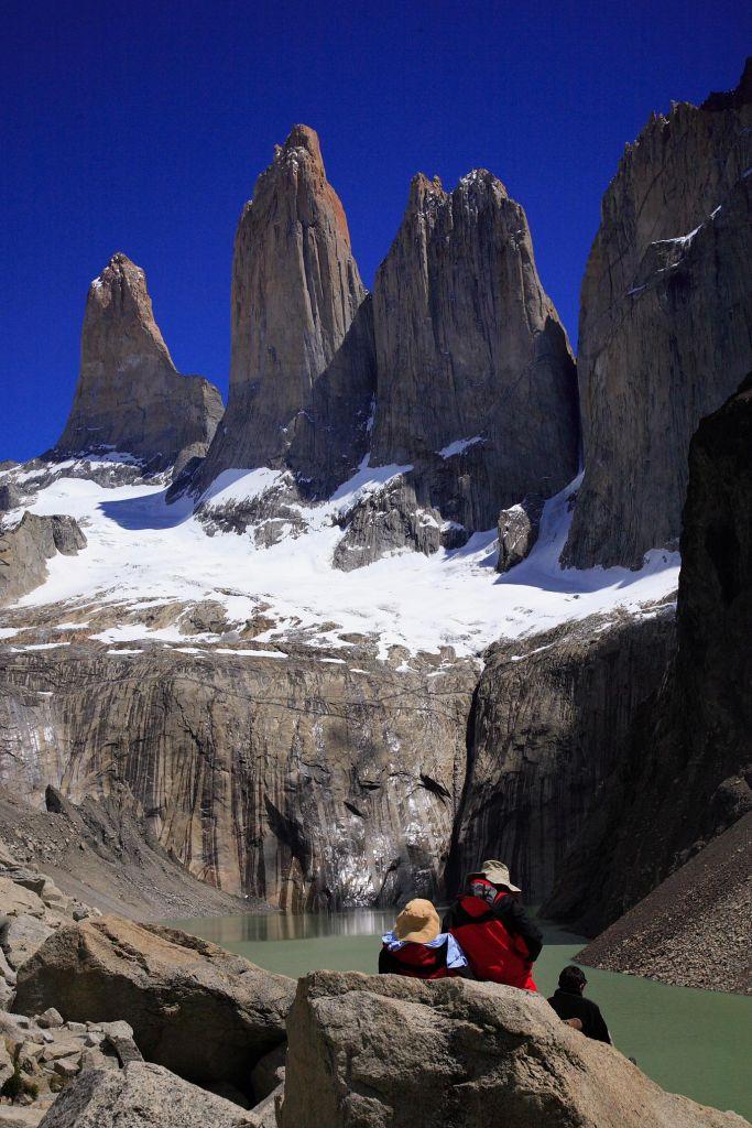 randonneur devant Torres del Paine