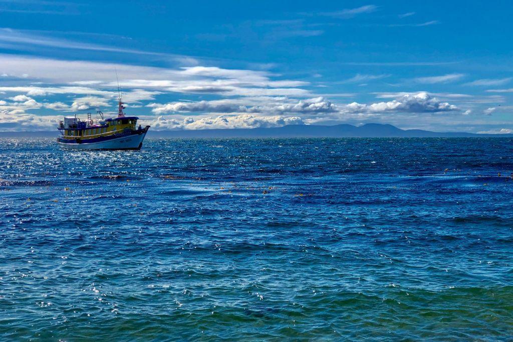 bateau traditionnel sur les eaux turquoise