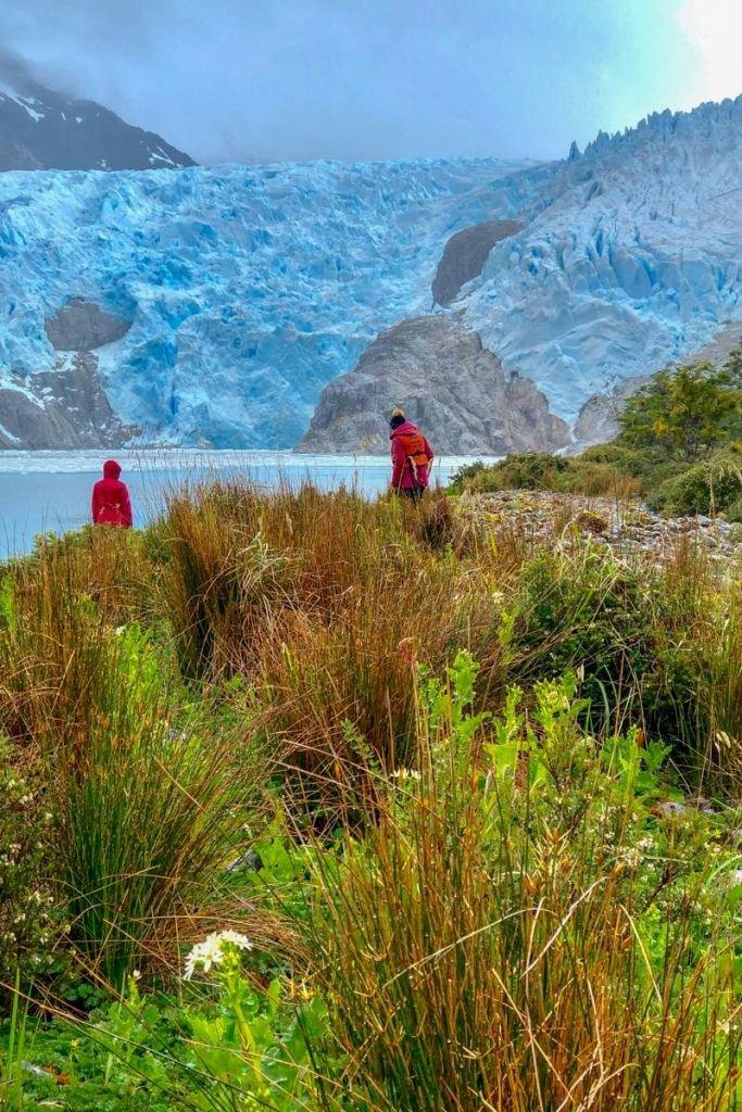 voyageurs au loin proche du Perito Moreno