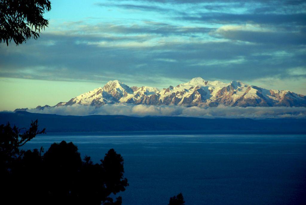 vue sur le lac et montagne