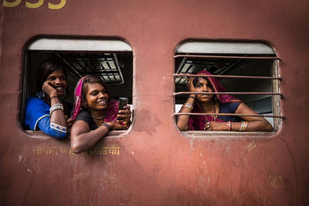 adolescente indienne à la fenêtre d'un train
