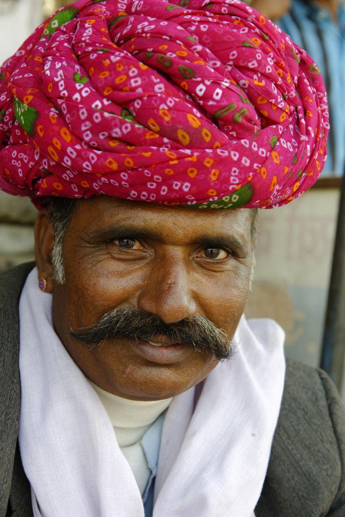 homme rajasthani au turban coloré