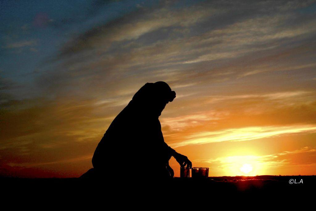 silhouette d'un touareg qui prépare le thé