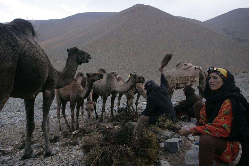femme au coeur d'un campement nomade